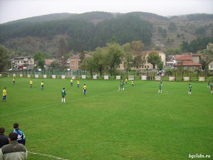 Стадион в с. Искрец