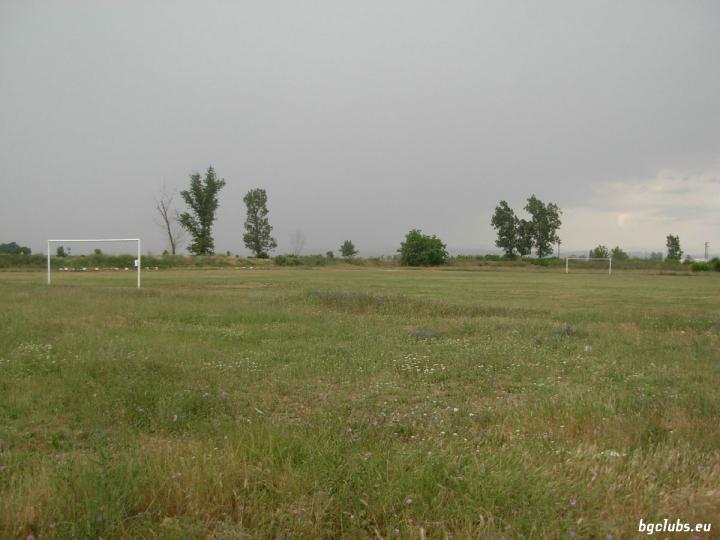 """Стадион """"Бенковски"""" - в с. Сарая"""